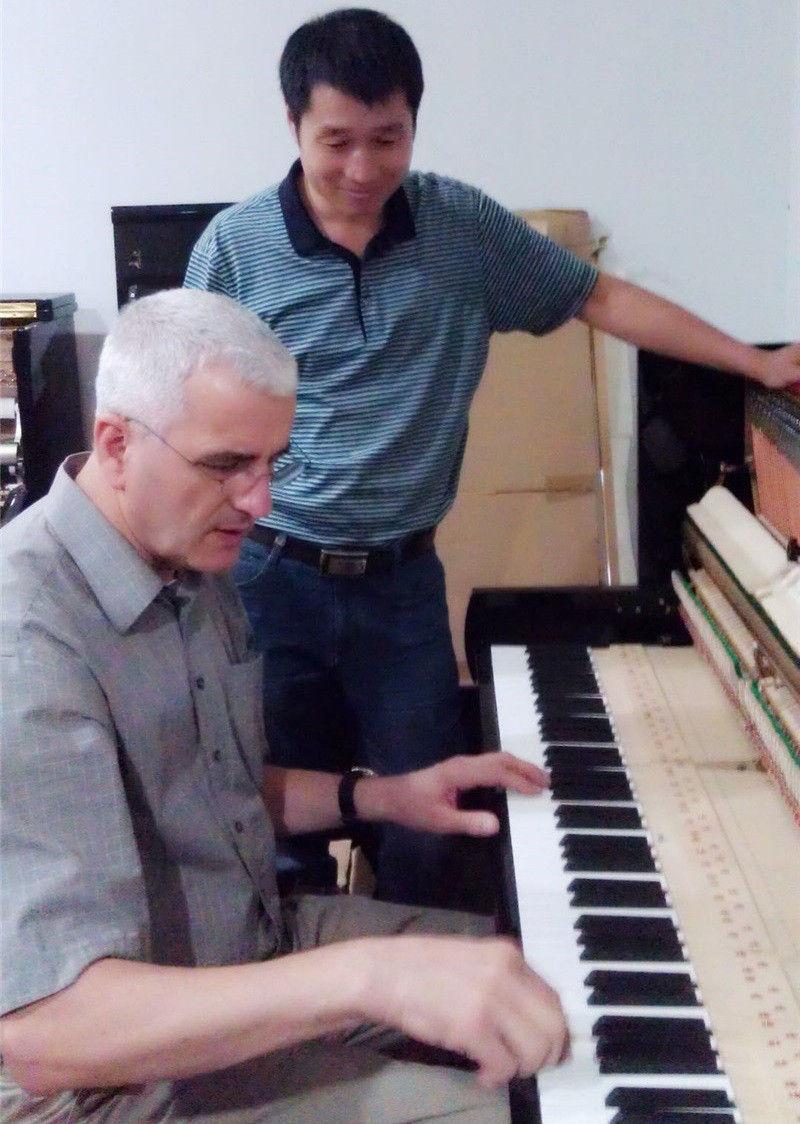 新疆珠江钢琴调律师跟随大师学习