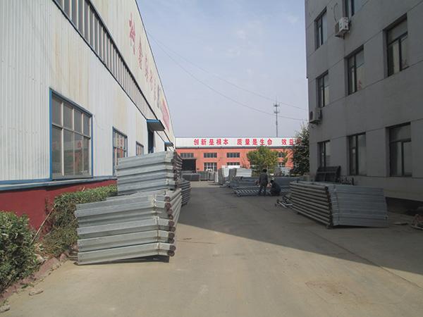 河北蓝球场围网厂家的生产厂区环境