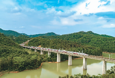 这十年,中国高铁发展风正帆扬(..解读)