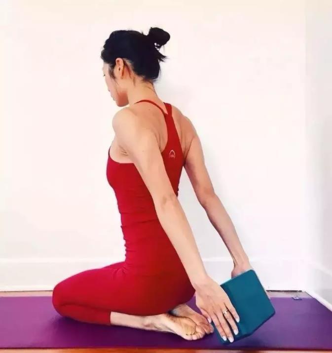 瑜伽私教才会教你的 20 个瑜伽辅具练习方法,学会就是赚到!