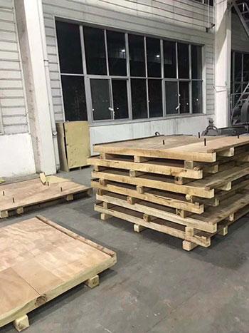 木托盘客户包装现场