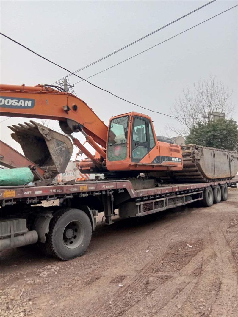 水陆两用挖机正在装车运装中