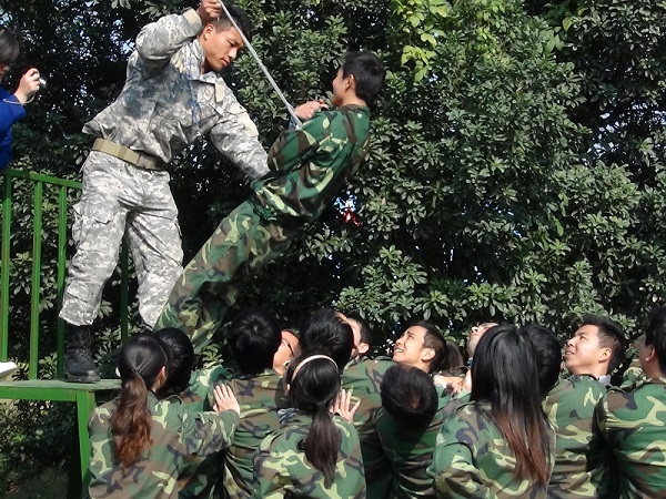 河南广告机企业组织户外拓展训练