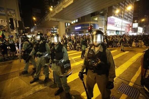 警方在馬路上築起防線