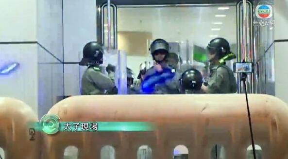 非法示威者用鐳射筆照射警員