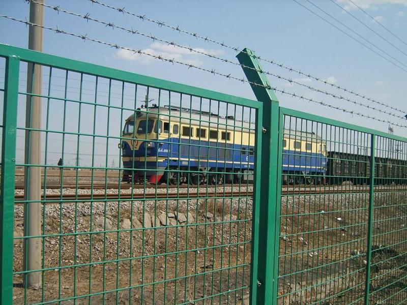 铁路护栏网安装后的效果图