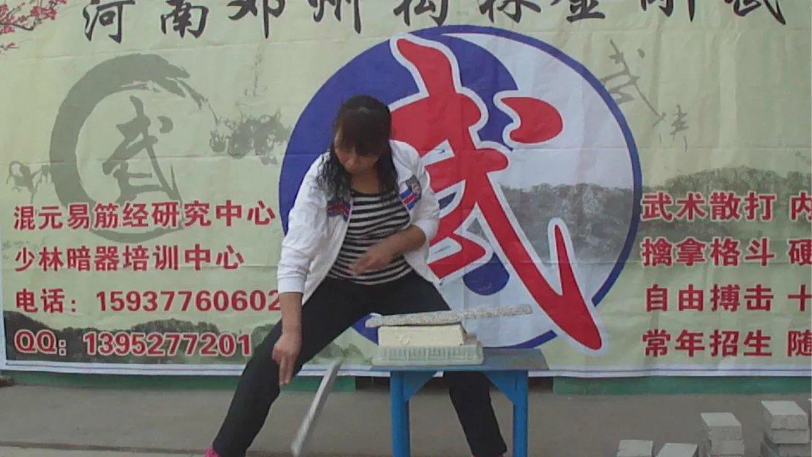 武术学校学员展示二指禅