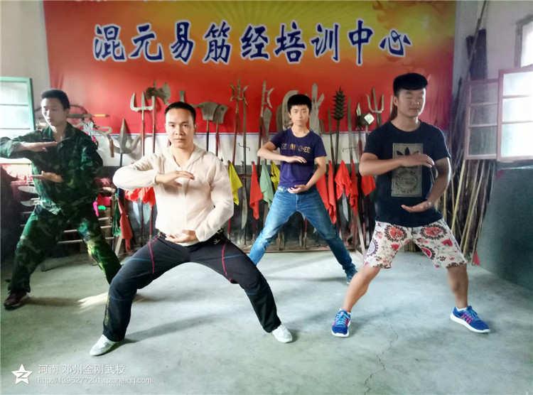 武术学校几位学员展示混元桩