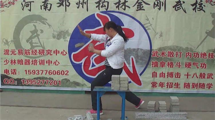 混元武术学校学员展示混元掌断砖