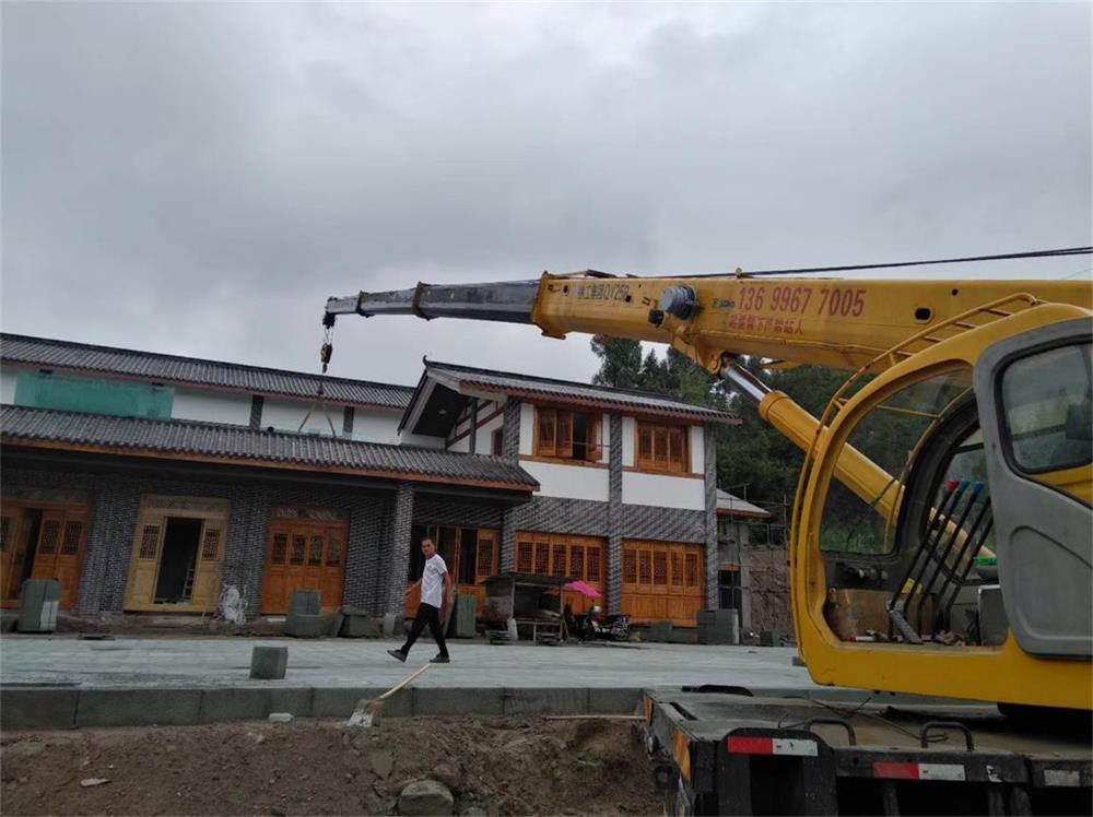 在阆中市一处建筑工地上施工作业的吊车