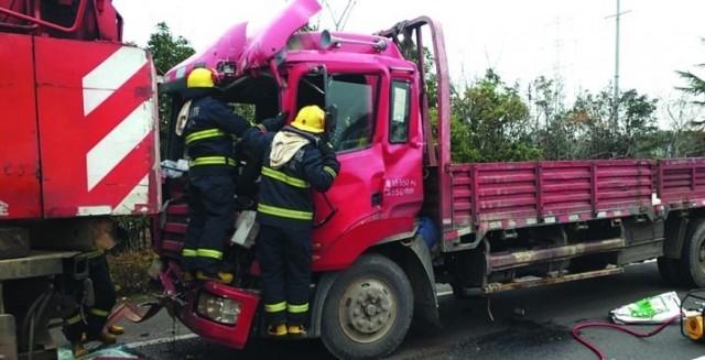 货车追尾路边吊车 吊车无损 货车上两人轻伤