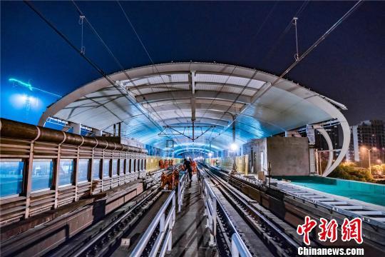 国内.长的地铁既有运营线接触网换线工程在上海..接驳