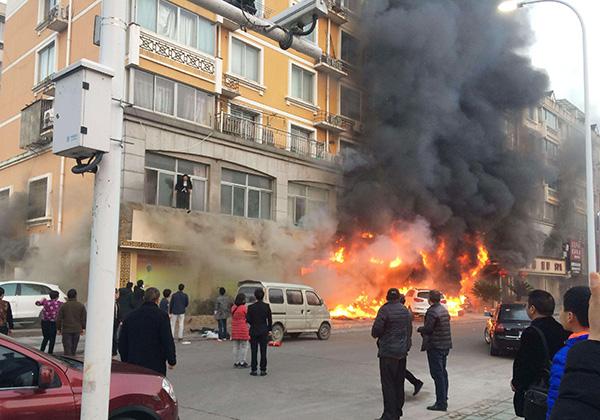 当驾车遇到火灾怎么办呢?该如何使用车内灭火器?