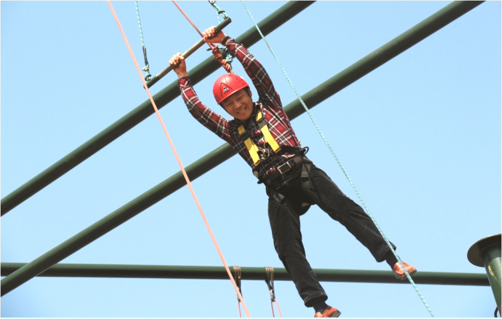 拓展培训活动-高空抓杆