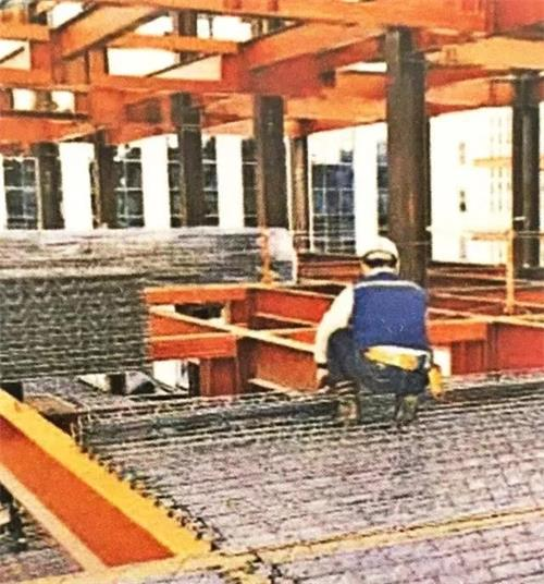 直接铺设于建筑主体结构上,链接部分栓钉焊接