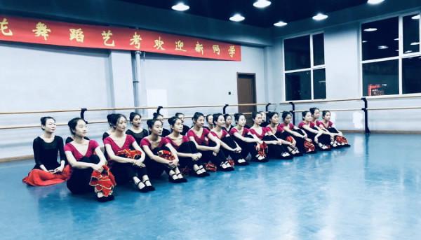 映日荷花舞蹈艺考欢迎新同学活动