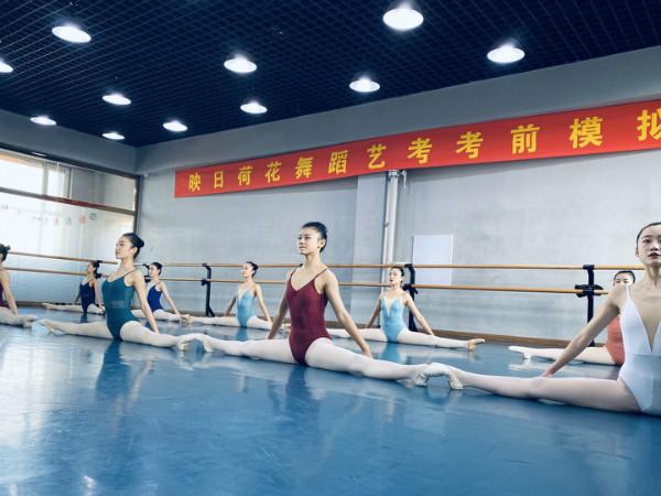 呼和浩特舞蹈艺考培训着统一服装