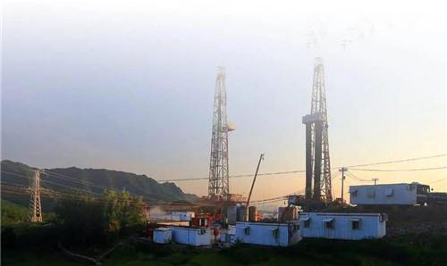 路上遇到的采油设备