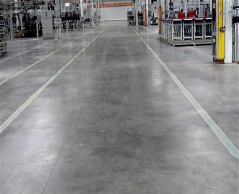 要想增加金刚砂耐磨地坪的实用性,在地坪材料施工中可以这样做
