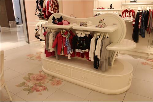 服装展示柜的有点,展柜厂家给我们具体的详解?