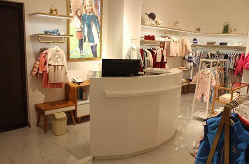 如何选择合适的服装陈列柜呢,下面服装展柜厂家给我们详解?