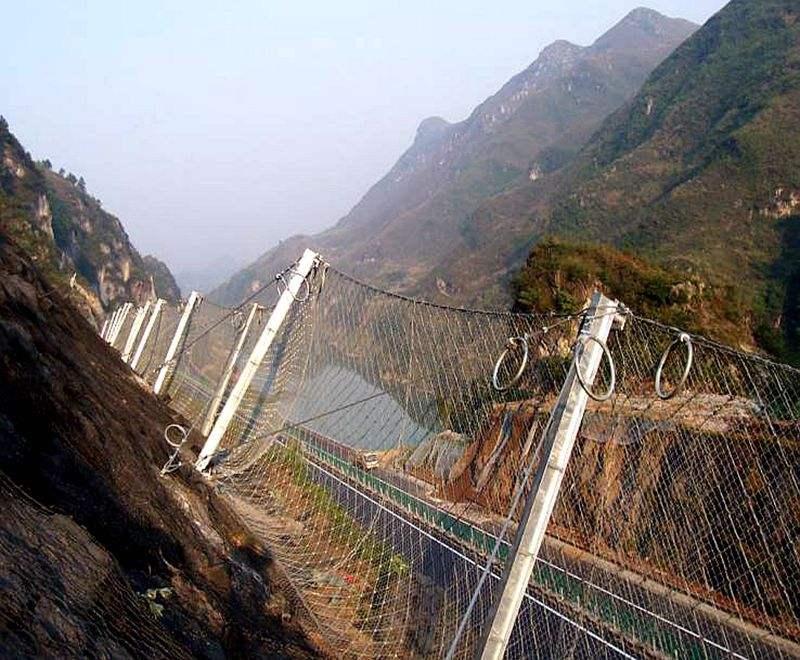 山体斜坡处的四川边坡防护网