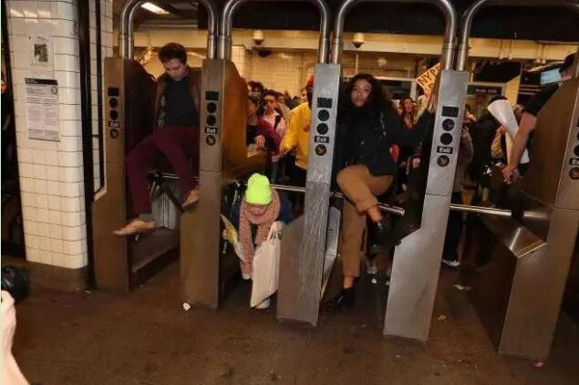 示威者冲击纽约地铁抗议暴力执法 特朗普力挺警察