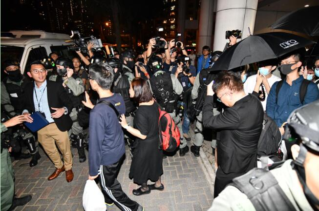 """5暴徒因律政司""""写错名""""被释放 港警围守法庭外再抓"""