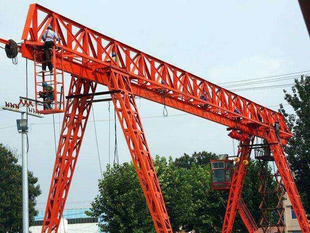 为昇月照明工程提供2台龙门吊设备