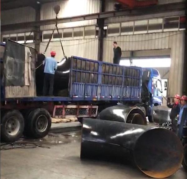万博manbetx网站聚诚丰润员工正在为客户货物装车