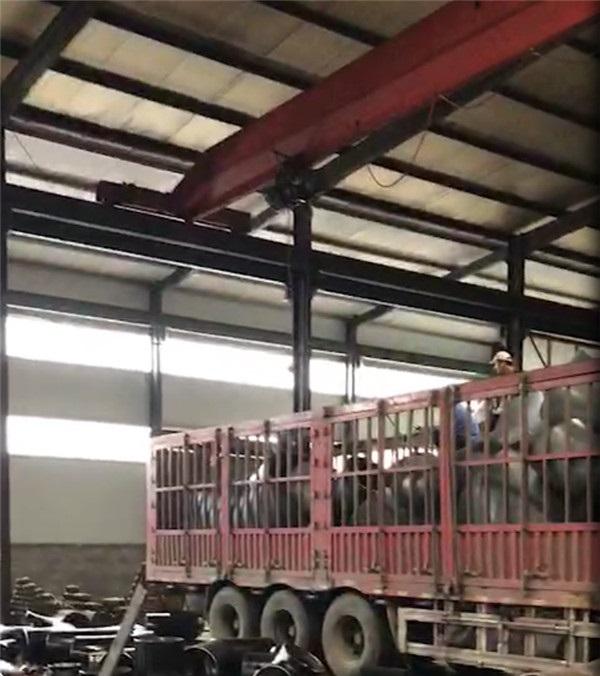管件厂家聚诚丰润工作人员正在为客户货物装车