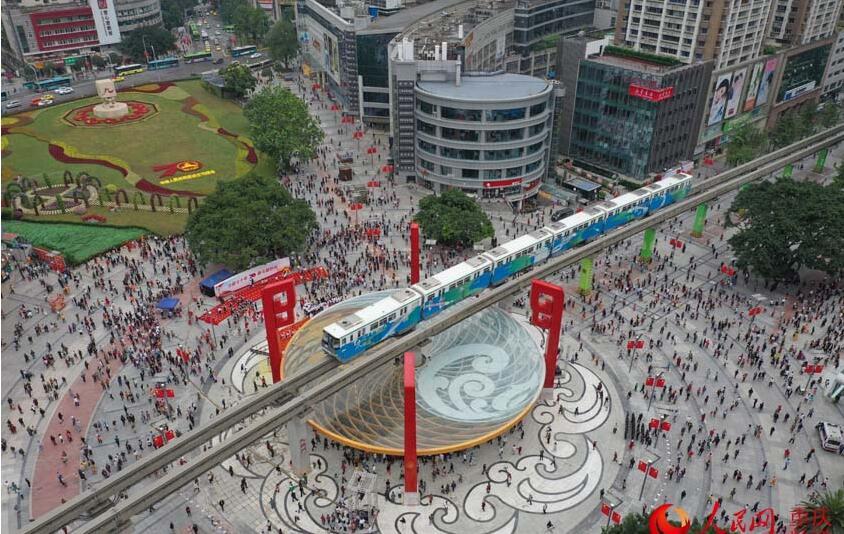 """当列车行驶在圆形建筑上空时,引来市民惊呼:仿若是""""火锅'烫'轨道列车"""""""