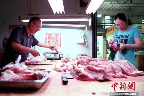 资料图:民众在菜市场购买猪肉。<a target='_blank' href='http://www.chinanews.com/'>中新社</a>记者 张远 摄