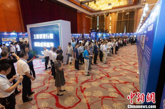 与会代表参观工程建设行业创新成果展。 项建 摄