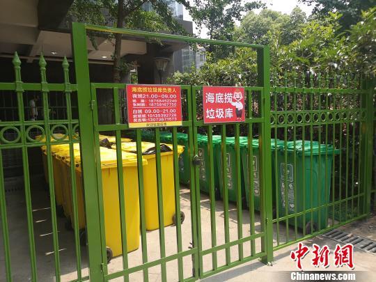 杭州某餐饮店外的垃圾分类设施。 张煜欢 摄