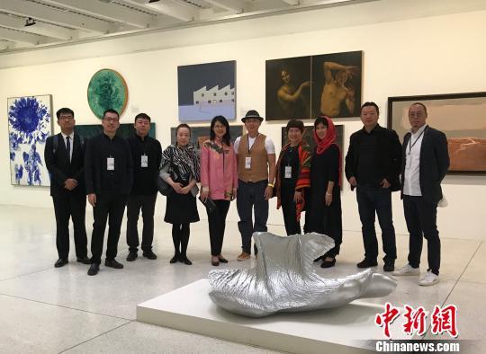 图为中国驻巴西大使夫人卢燕柳参赞(左五)参观双年展。驻巴西使馆供图