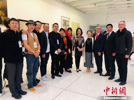图为中国驻巴西大使馆文化参赞舒建平(右二)参观双年展。驻巴西使馆供图