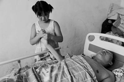 10岁小女孩照顾高位截瘫的父亲,真是令人感动又心痛!