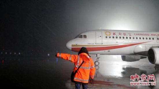 郑州机场启动除冰雪预案 应对今年的持续雨雪天气