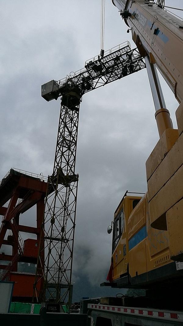 【220噸汽車吊】葛洲壩鶴峰江坪河項目7050型塔機拆除現場