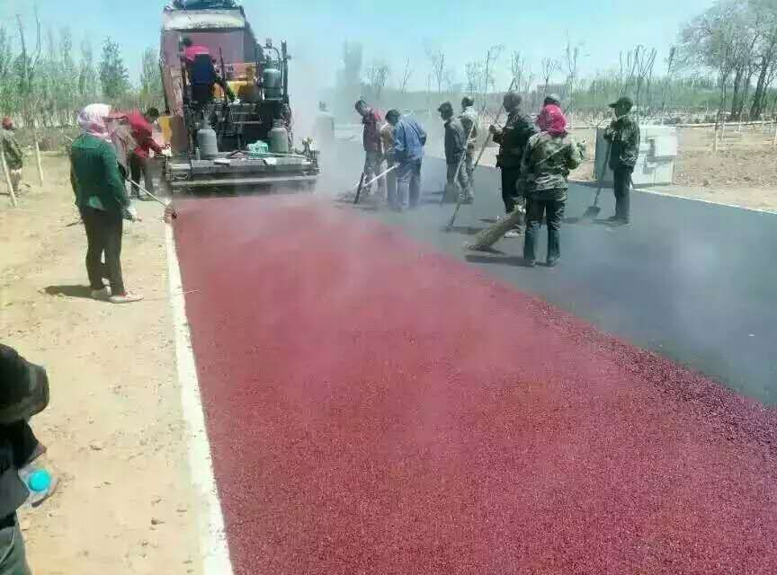 江西彩色沥青路面洒布车施工中