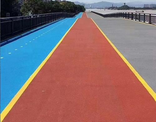铺设彩色路面的位置较多,不仅是小区里,不少告诉公路也有它们的身影