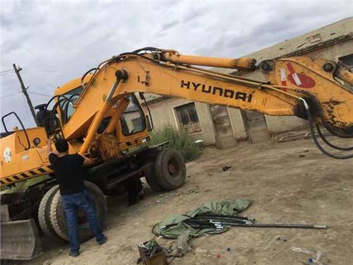更换挖掘机管件