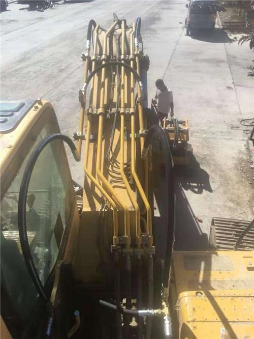 挖掘机安装新钢管图片