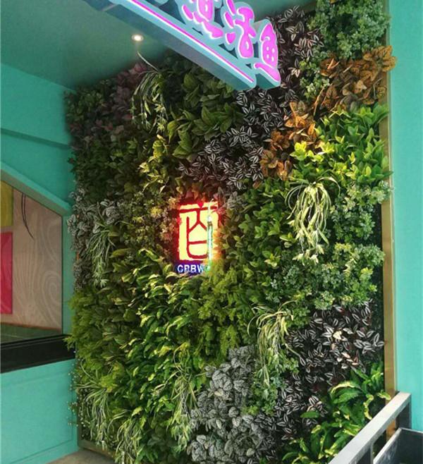 仿真植物墙在某一餐饮店进行施工!