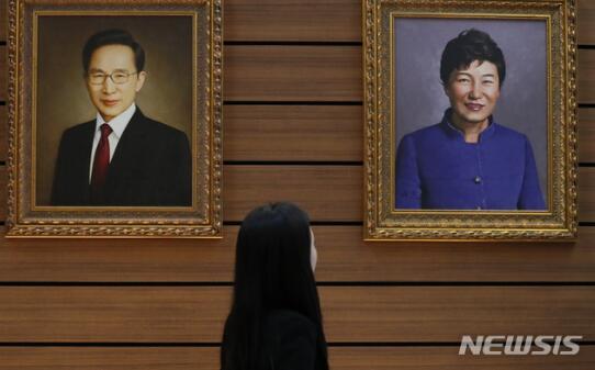 朴槿惠下台后肖像画..公开:穿蓝衣微笑 与前任们同框