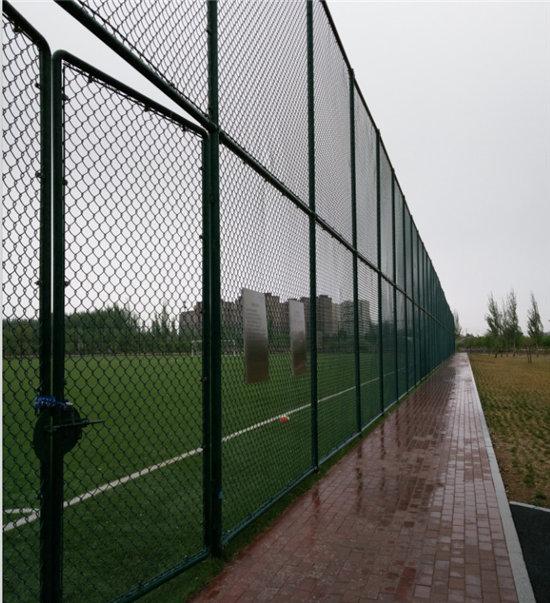 学校体育场围栏网安装图
