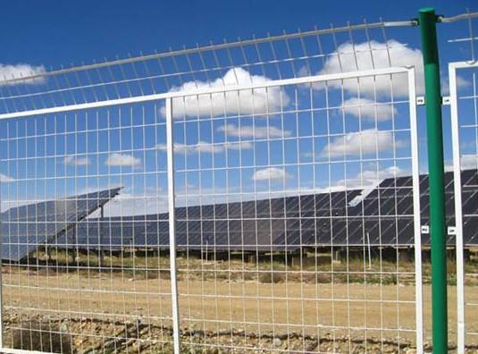 光伏电站做防护,如何选择适合的围栏网?