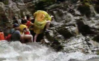 鹤峰山洪亲历者:三五秒水就淹过来逃上石壁站了7小时