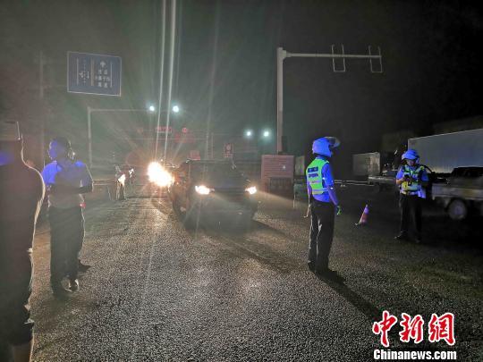 公安民警沿途指挥车辆通行。北川宣传部 供图